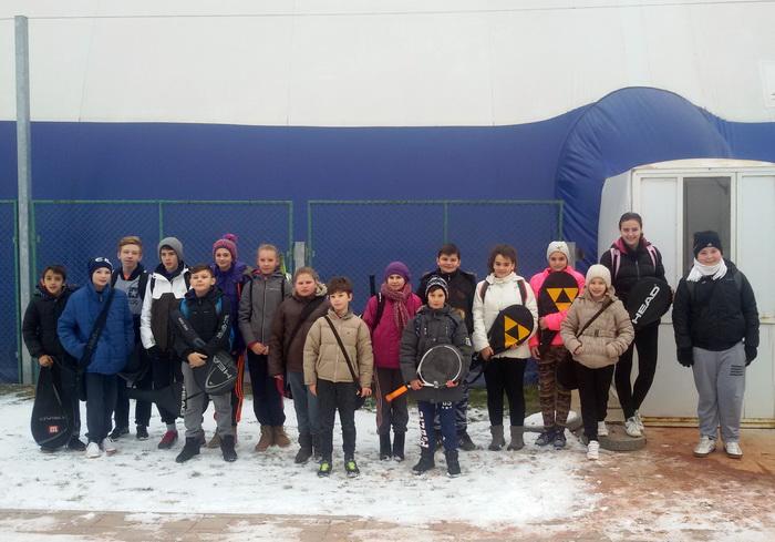 Tenismenii din Şuncuiuş şi Vadu Crişului se antrenează la balonul de la Universitate